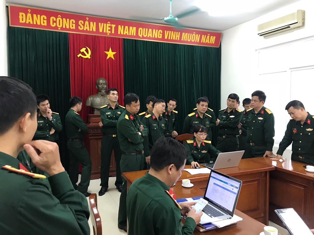 Ban quản lý Lăng Chủ tịch Hồ Chí Minh giới thiệu phần mềm quản lý khách viếng vào Lăng do ECPVietnam viết với cán bộ Khu di tích K9