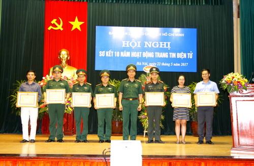 Thiếu tướng Nguyễn Văn Cương, Trưởng ban Ban Quản lý Lăng, Trưởng ban Ban biên tập trao thưởng cho các cá nhân có nhiều đóng góp trong hoạt động của Trang tin điện tử.